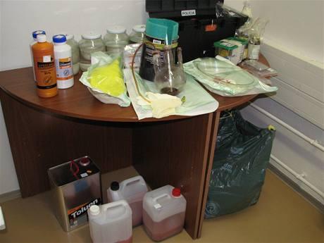 Chemikálie a laboratorní vybavení, které měl dealer v jednom z bytů.