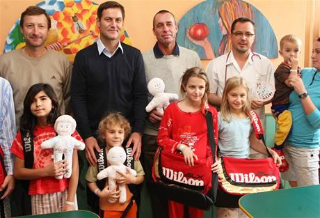 Tenisté Miloš Mečíř (vlevo), Karel Nováček (uprostřed) a Ivan Lendl a primář dětského oddělení Jan Boženský (na snímku vpravo) ve vítkovické nemocnici.