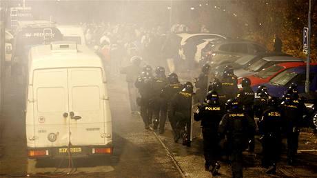 Policie při zásahu proti chuligánům ostravského Baníku.