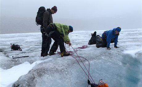 Italský člen výpravy Giorgio slaňuje do průrvy na ledovci