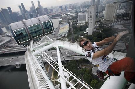 Francouzský pavoučí muž Alain Robert při zdolávání singapurského mrakodrapu Singapore Flyer