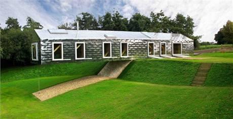 Ve všech pokojích domu jsou velké okenní plochy a nechybí navíc ani velkorysá střešní okna
