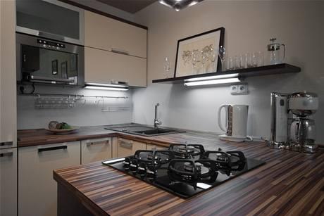 Nová kuchyňská linka má varné centrum záměrně umístěné směrem do obývací části