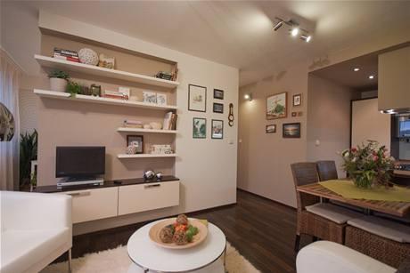 Stěny i nábytek jsou v tmavě hnědé, smetanové a v barvě uzeného pstruha
