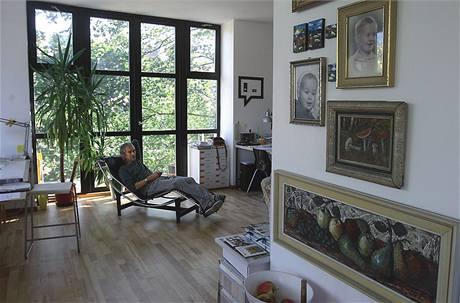 """""""Měl by tu být obývák, ale je z toho pracovna. Naším způsobem života je totiž pracovat a žít v práci, a tak mi to vyhovuje,"""" vysvětluje využití největší místnosti v prvním patře domu architekt Petr Stolín"""