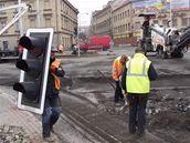 Kvůli odstraňování starého asfaltu v pondělí zčásti uzavřeli křižovatku u plzeňské Plazy, což způsobilo v centru města dopravní kolaps