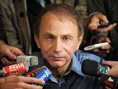 Michel Houellebecq po obdržení Goncourtovy ceny v obležení novinářů