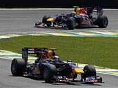 VE VEDENÍ. Dva Red Bully v čele: první Sebastian Vettel, druhý Mark Webber.