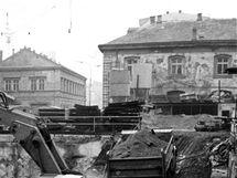 Stavba stanice metra B Náměstí Republiky. Vlevo ulice Na Poříčí, vpravo bývalá celnice a ulice V Celnici.