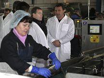 Ruský prezident Dmitrij Medveděv (druhý zprava) na návštěvě rybárny na Kurilských ostrovech