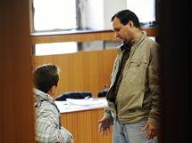 U košického okresního soudu začal 5. listopadu proces s desítkou slovenských policistů, kteří jsou obžalováni, že na policejní stanici v Košicích týrali romské děti a akci nahrávali.