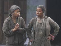 Vesničanky pokryté popelem z indonéské sopky Merapi (5. listopadu 2010)