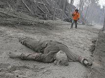 Mrtvola pokrytá popílkem z indonéské sopky Merapi (5. listopadu 2010)