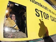 Aktivisté z Greenpeace se zabarikádovali v dodávce před nádražím v Dannenbergu (9. listopadu 2010)
