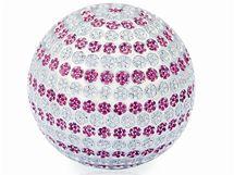 Glofový míček pro ženy je z bílého zlata zdobeného 1431 růžovými safíry a 1432 brilianty. Stojí dva miliony korun.