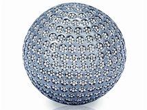 Glofový míček pro muže je ze zlata povrchově upraveného černým rutheniem a osázeného 2 863 hnědými brilianty. Stojí dva miliony korun.