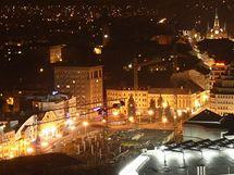 Centrum Liberce v okolí dopravního terminálu a nákupního centra My za plného nočního osvětlení.