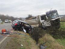 Tragická nehoda tří aut mezi Starým Sedlem a Sokolovem, při které zahynuli dva lidé