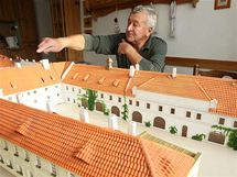 Třebíčský modelář Stanislav Vrška staví pro pražské premostráty model Strahovského kláštera