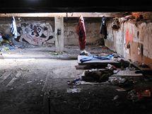 Příbytek brněnských bezdomovců na půdě opuštěného domu v parku nedaleko Anthroposu.