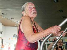 Zdena Šobrová se v Pelhřimově stala rekordmankou. I v 90 letech skáče do vody po hlavě.