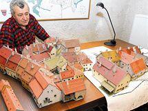 Stanislav Vrška s modelem židovského ghetta v Třebíči. V roce 2005 - v době focení - měl hotovo 25 domků, celkem jich vyrobil 120.