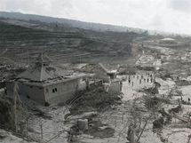 Indonéští záchranáři procházejí oblastí, kterou pokryl sopečný prach po další erupci sopky Merapi (5. listopadu 2010)