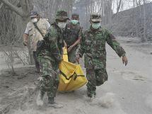 Vojáci odnášejí jednu z obětí další erupce indonéské sopky Merapi (5. listopadu 2010)