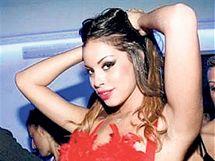 RUBY, ZLODĚJKA SRDCÍ. Břišní tanečnice, Maročanka, která uprchla od rodičů z jižní Itálie. Nyní je chráněnkou italského premiéra.