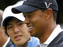 Tiger Woods a Rjo Išikawa na exhibičním turnaji v Jokohamě.