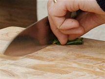 Kafírové listy nakrájejte na proužky i na posypání naservírovaného kuřete