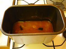 Výsledná směs ze zamražených meruněk připravená v domácí pekárně