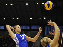 Česká volejbalistka Ivana Plchotová se chystá na smeč.