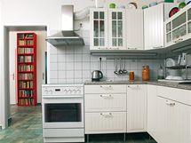 V předsíni i kuchyni je shodná dlažba