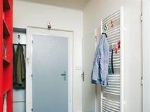 Nový trubkový radiátor v předsíni využívají jako věšák početnější návštěvy