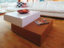 Stolek v kombinaci laku a dýhy navrhovala, stejně jako většinu nábytku, firma Kyzlink. Obsahuje zásuvky s dotykovým ovládáním.