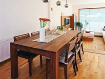 Manželé toužili po bytelném jídelním stole z ořechu. Stejně jako židle jej pořídili v prodejně Idea Decor. Svítidla si vybrali v Rendl light studiu.