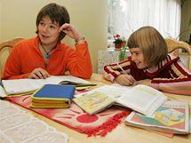 Lucinka (vpravo) dělá úkoly v obýváku, sestra Lenka na ní dohlíží.