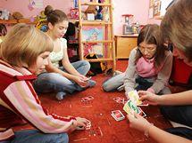 Sestry Lucka, Radka, Zdeňka a Lenka hrají v pokoji jedné z nich karty.