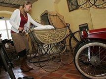Denisa Počepická s manželem Petrem vlastní sbírku historických kočárků, jízdních kol, hraček a dalších starožitností, které shromažďují ve svém domě v Lokti.