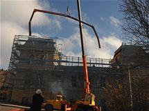 Rekonstrukce bývalých slatinných lázní v Mariánských Lázní pokračují i po tragické události z minulého týdne.