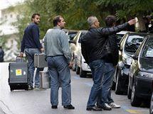 Policisté řeší před švýcarskou ambasádou v Aténách výbuch v budově (2. listopadu 2010)