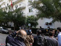 Novináři stojí před švýcarskou ambasádou v Aténách, kterou otřásl výbuch (2. listopadu 2010)
