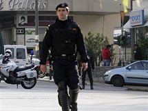 Policista vyklízí místo v Aténách, kde budou pyrotechnici řízeně odpalovat nálož (2. listopadu