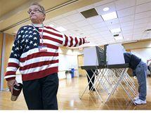 Člen volební komise Phillip Schlafer naviguje v Grand Chute voliče (2. listopadu 2010)