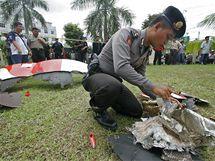 Lidé našli poblíž indonéského Batamu trosky, které odpadávaly z motoru obřího Airbusu A380 společnosti Qantas (4. listopadu 2010)