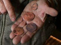 Badatel Vladimír Gračka ukazuje mince nalezené při rekonstrukci olomoucké Korunní pevnůstky.