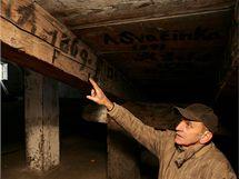 Badatel Vladimír Gračka ukazuje historické nápisy na trámech objevené v Korunní pevnůstce ležící poblíž centra Olomouce.