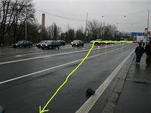Místo na rušné silnici, kde neřízené auto přejelo do protisměru, minulo několik vozů, nakonec do jednoho lehce narazilo a zastavilo se až o semafor.