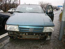 Fiat po nehodě, kdy neřízený přejel do protisměru, minul několik vozů a nakonec do dalšího narazil a zastavil až o semafor.